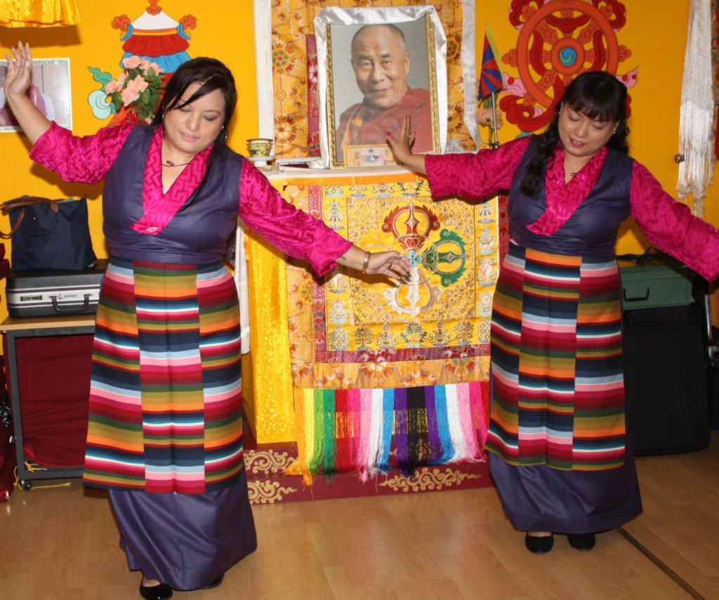 Tibetischer Tanz der Lehrerinnen der Tibet-Schule Rikon