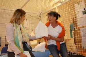 Physiotherapeutin Bianca Frank (rechts) demonstriert Cécile Mandefield den Schlingentisch für eine schmerzfreie Behandlung.