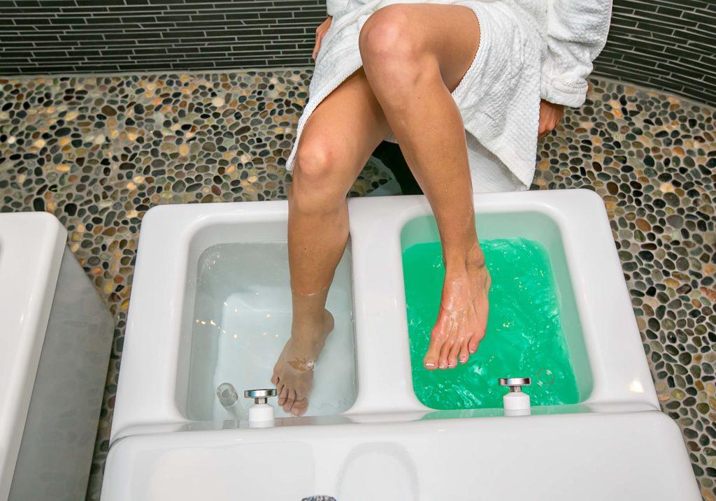 Das Wechsel-Fussbad mit warmem und kaltem Wasser empfiehlt sich unter anderem bei Schlafstörungen, chronischen Krankheiten und kalten Füssen.